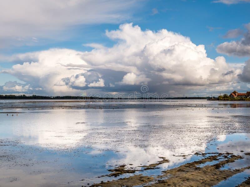 Nubes de lluvia, cumulonimbus, sobre el lago Gooimeer cerca de Huizen, Países Bajos imagenes de archivo