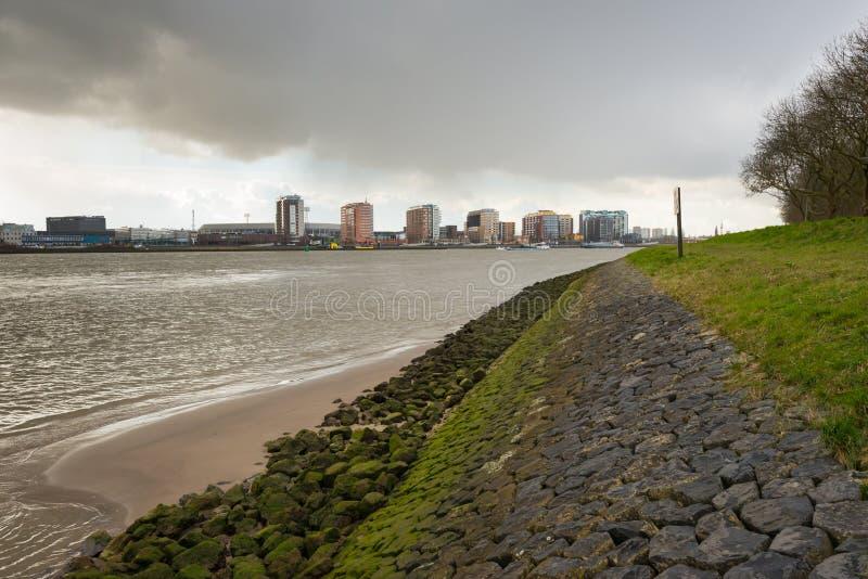 Nubes de lluvia que amenazan sobre la ciudad de Rotterdam imagen de archivo