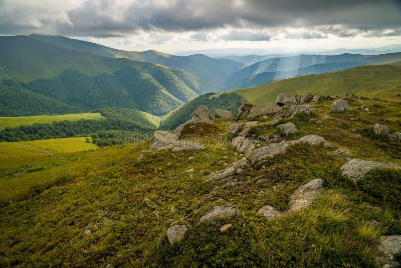 Nubes de lluvia sobre Cárpatos Panorama del canto de Borzhava de las montañas cárpatas ucranianas imagen de archivo libre de regalías