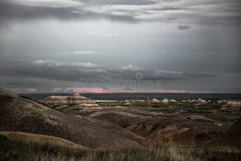 Nubes de lluvia sobre los Badlands parque nacional, Dakota del Sur fotos de archivo
