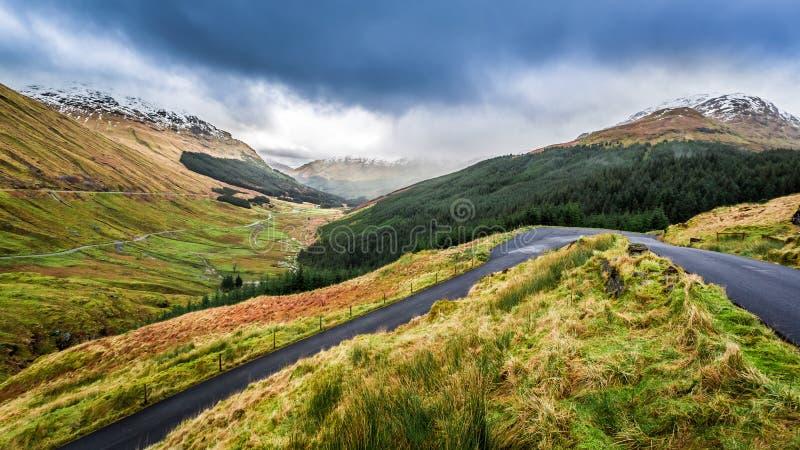 Nubes de lluvia sobre un valle de la montaña imagen de archivo