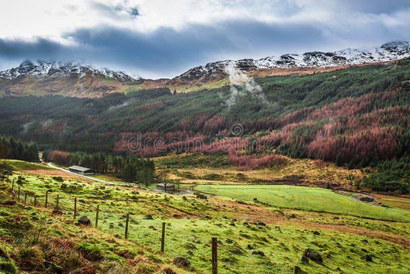 Nubes de lluvia sobre un valle de la montaña fotos de archivo libres de regalías
