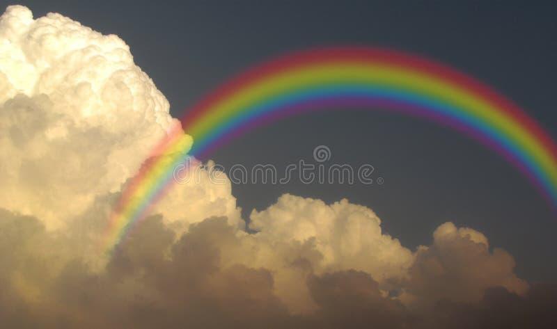 Nubes de lluvia tempestuosas de la monzón del arco iris imagen de archivo