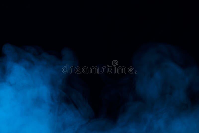 Nubes de pares densos azules en un fondo oscuro foto de archivo libre de regalías