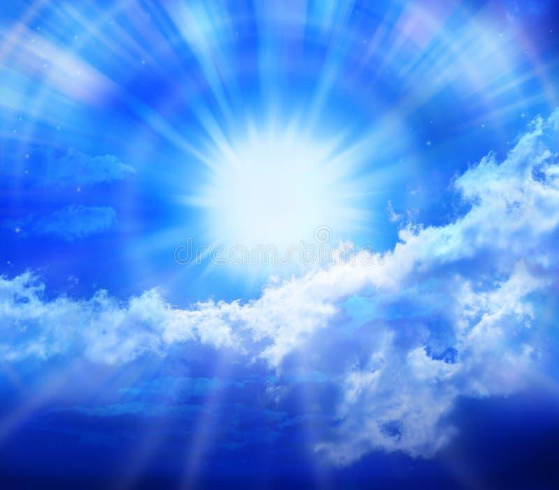 Nubes de Sun del cielo azul