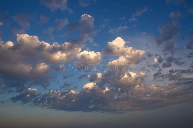 Nubes de tormenta al atardecer en un día de primavera imágenes de archivo libres de regalías