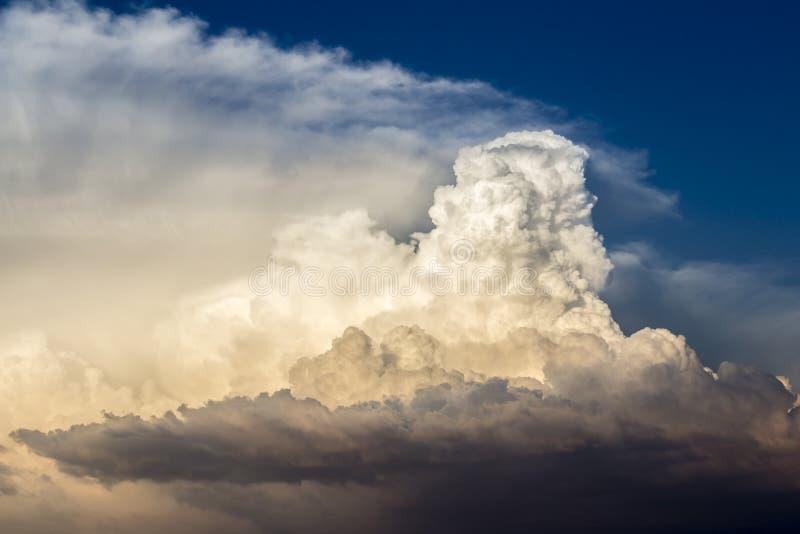 Nubes de tormenta bañadas en luz de la puesta del sol foto de archivo