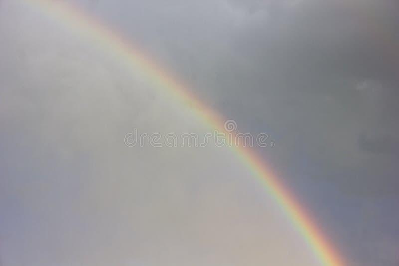 Nubes de tormenta con el arco iris fotos de archivo