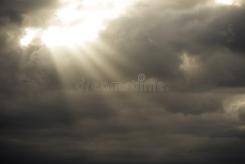 Nubes de tormenta con los rayos del sol fotos de archivo