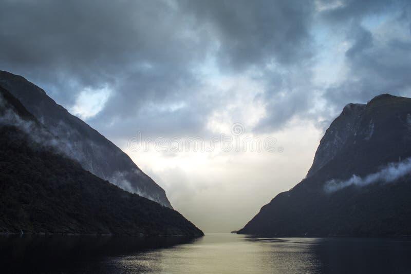Nubes de tormenta dramáticas sobre sonido dudoso fotos de archivo libres de regalías