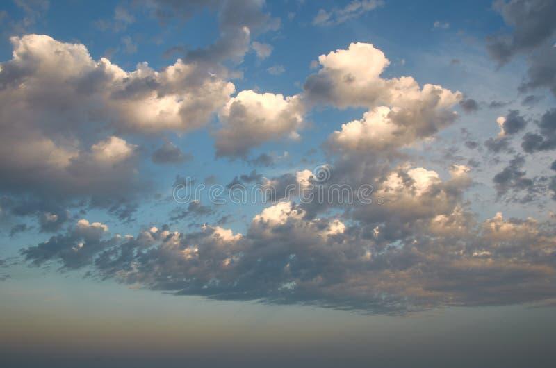 Nubes de tormenta en el cielo al atardecer foto de archivo libre de regalías