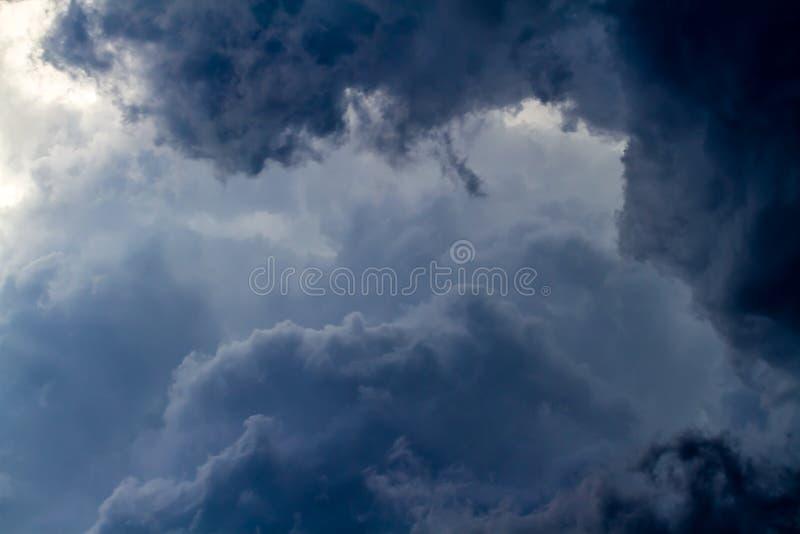 Nubes de tormenta en el cielo potencia Peligro fuerza foto de archivo