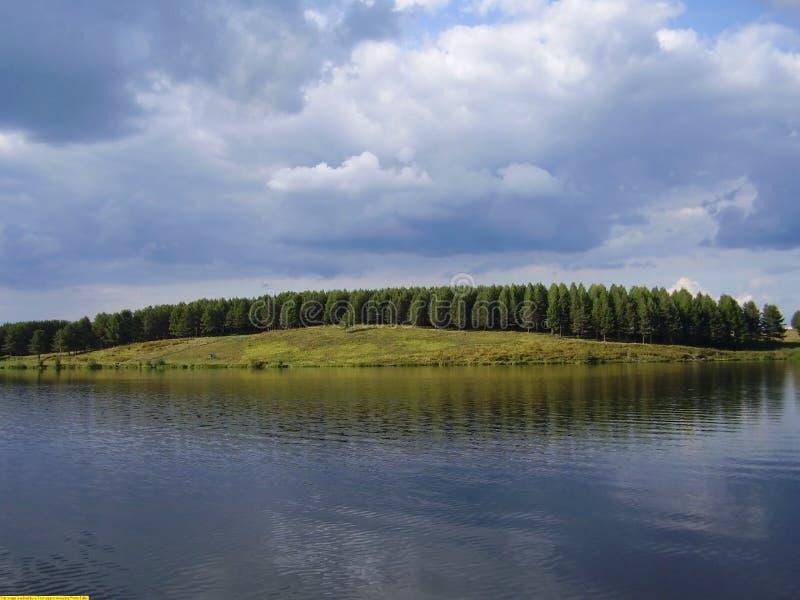 Nubes de tormenta en el lago imagen de archivo libre de regalías
