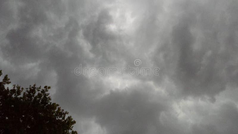 Nubes de tormenta grises imagenes de archivo