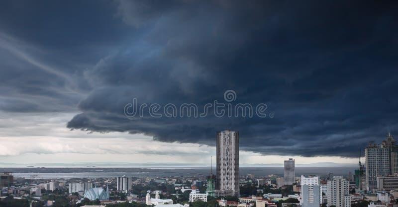 Nubes de tormenta pesadas sobre ciudad moderna foto de archivo libre de regalías