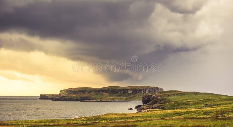 Nubes de tormenta pesadas sobre la isla escocesa imagenes de archivo