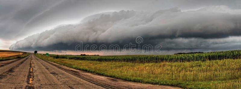 Nubes de tormenta potentes y hermosas en la puesta del sol fuera de Sioux Falls, Dakota del Sur durante verano foto de archivo