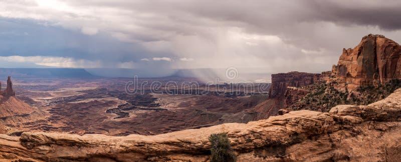 Nubes de tormenta sobre el barranco del desierto fotos de archivo libres de regalías