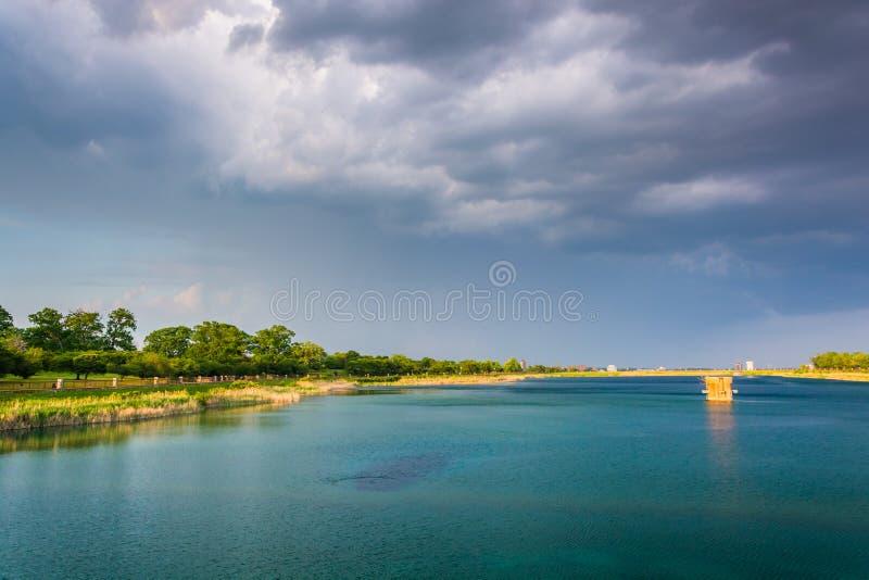 Nubes de tormenta sobre el lago druid, en el parque de la colina del druida en Baltimore, M fotos de archivo libres de regalías