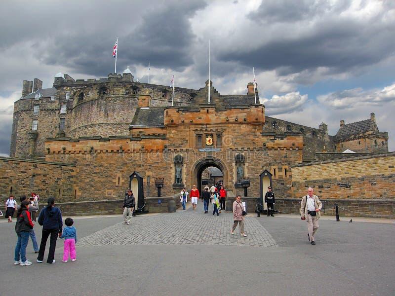 Nubes de tormenta sobre la entrada al castillo de Edimburgo, Escocia imagen de archivo