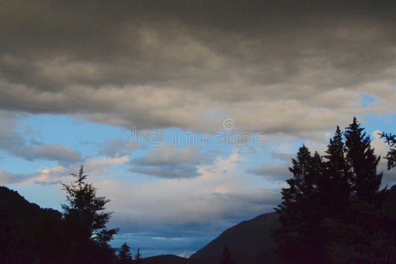 Nubes de tormenta sobre las montañas fotos de archivo