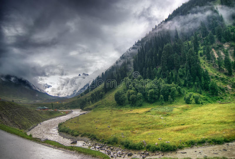 Nubes de tormenta sobre las montañas del ladakh, Jammu y Cachemira, la India fotografía de archivo