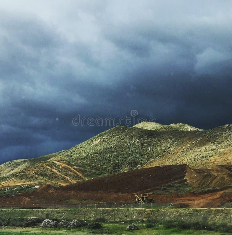 Nubes de tormenta sobre las montañas en la prohibición de California imágenes de archivo libres de regalías