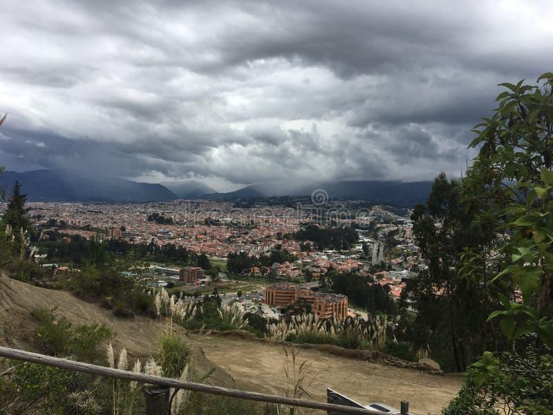 Nubes de tormenta sobre las montañas de los Andes, Cuenca Ecuador imagenes de archivo