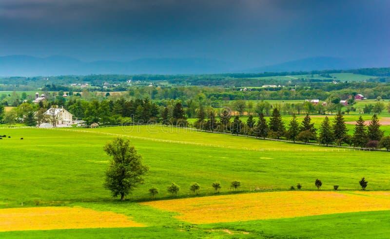 Nubes de tormenta sobre los campos y las montañas distantes vistos de Longstr imagen de archivo