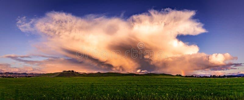 Nubes de tormenta sobre un prado fotografía de archivo libre de regalías