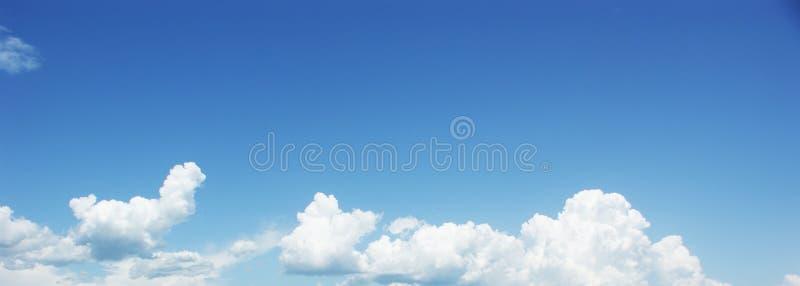 Nubes del blanco del cielo azul. fotos de archivo libres de regalías