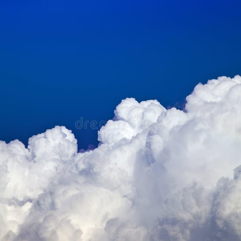 Nubes del blanco del cielo azul fotos de archivo