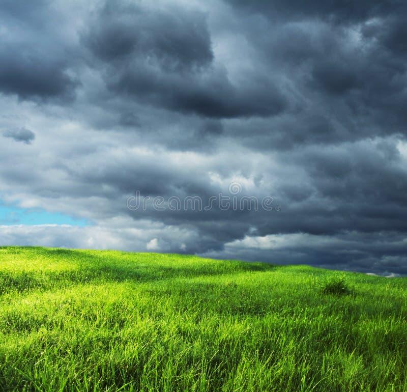 Nubes del campo y de tormenta imagen de archivo libre de regalías