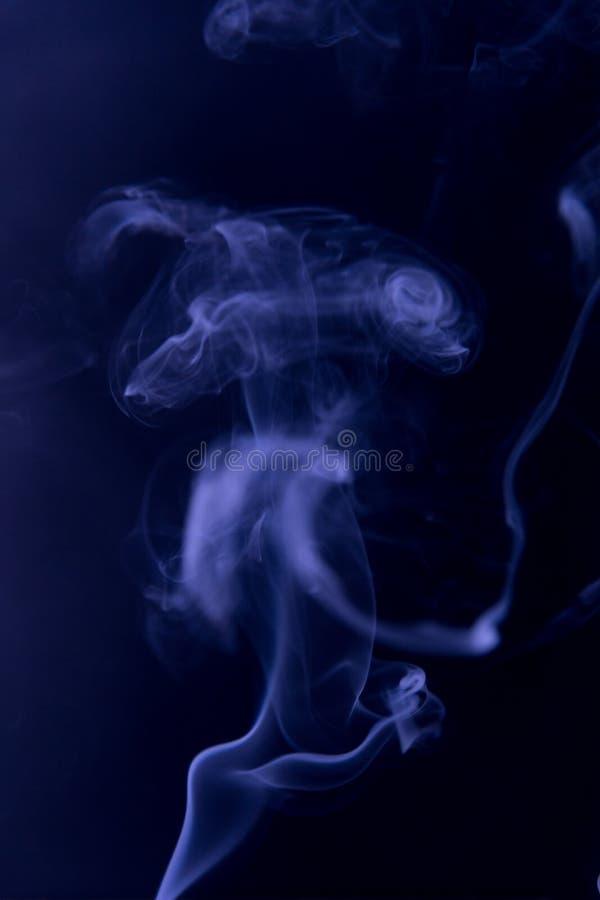 Nubes del humo de neón azules, similares a un extranjero imágenes de archivo libres de regalías