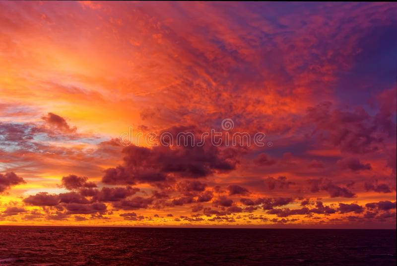 Nubes del mar del Caribe en la oscuridad