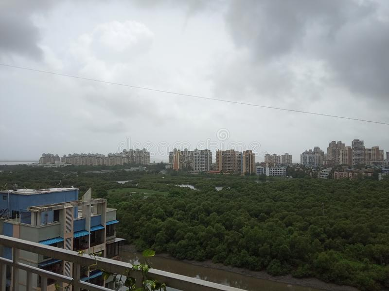 Nubes del oeste del sur de la monzón sobre la ciudad imagen de archivo libre de regalías
