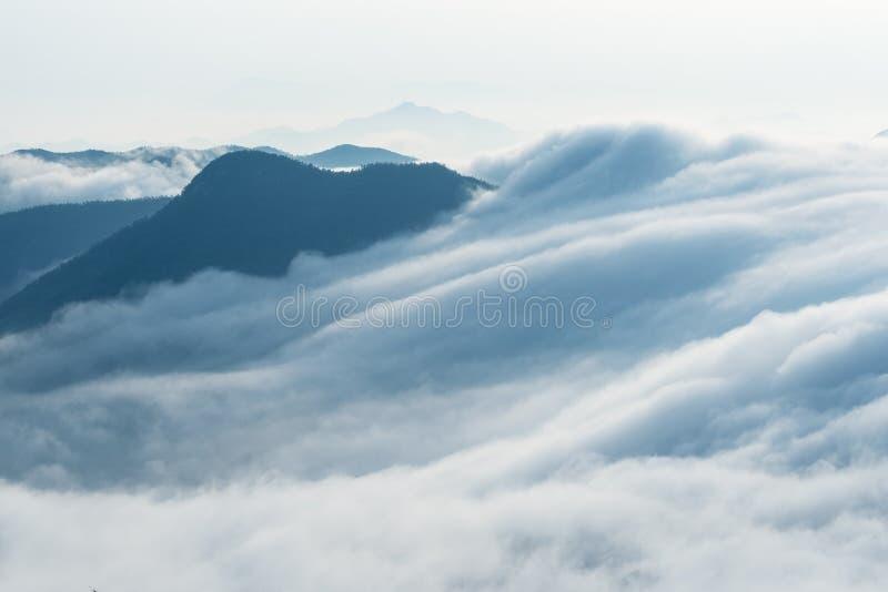 Nubes del primer de las cascadas imagenes de archivo