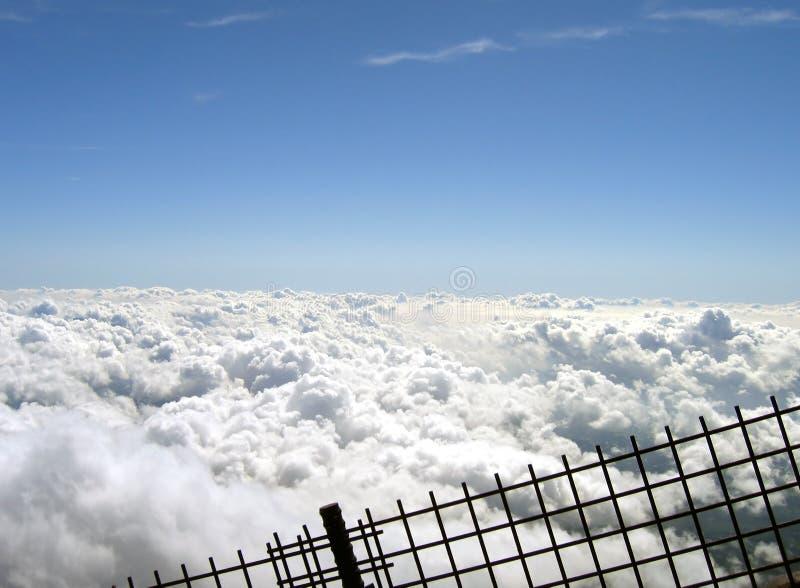 Nubes detrás de una cerca foto de archivo libre de regalías