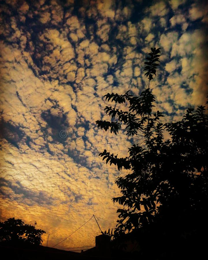 Nubes dispersadas imagenes de archivo