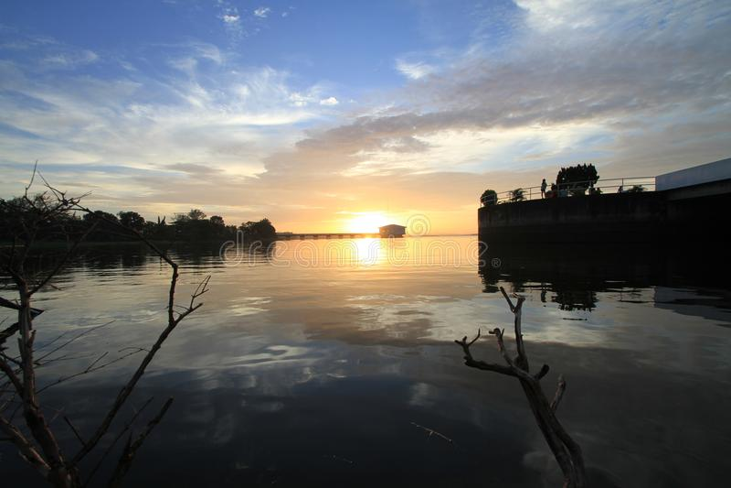 Nubes dramáticas de la puesta del sol imagen de archivo