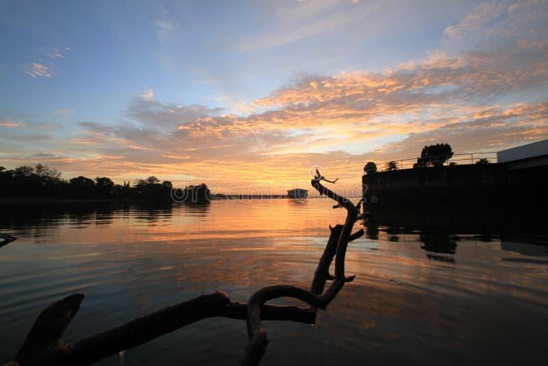Nubes dramáticas de la puesta del sol fotografía de archivo libre de regalías