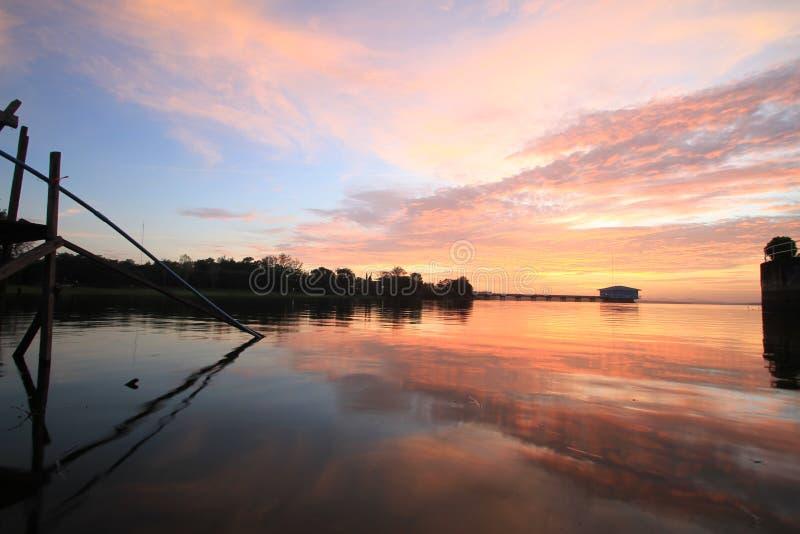 Nubes dramáticas de la puesta del sol foto de archivo