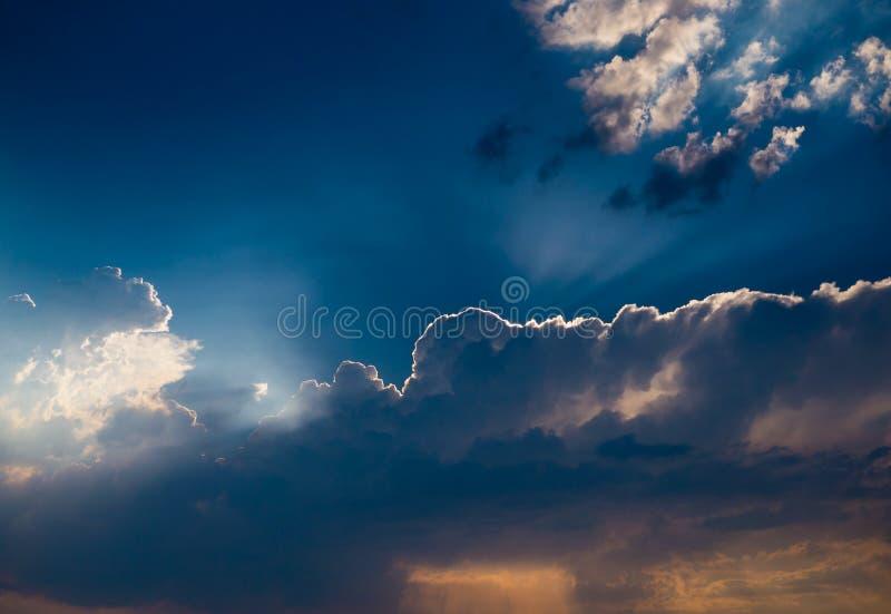 Nubes dramáticas de la puesta del sol y de lluvia fotografía de archivo libre de regalías