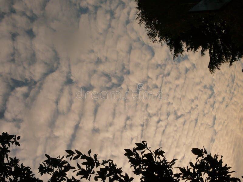 Nubes dramáticas en el cielo augusto, sobre mi hogar imágenes de archivo libres de regalías
