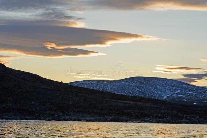 Nubes dramáticas en la puesta del sol en el alto ártico fotos de archivo libres de regalías