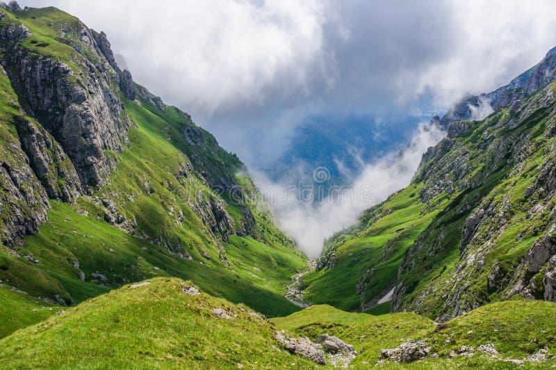 Nubes dramáticas en las montañas fotos de archivo