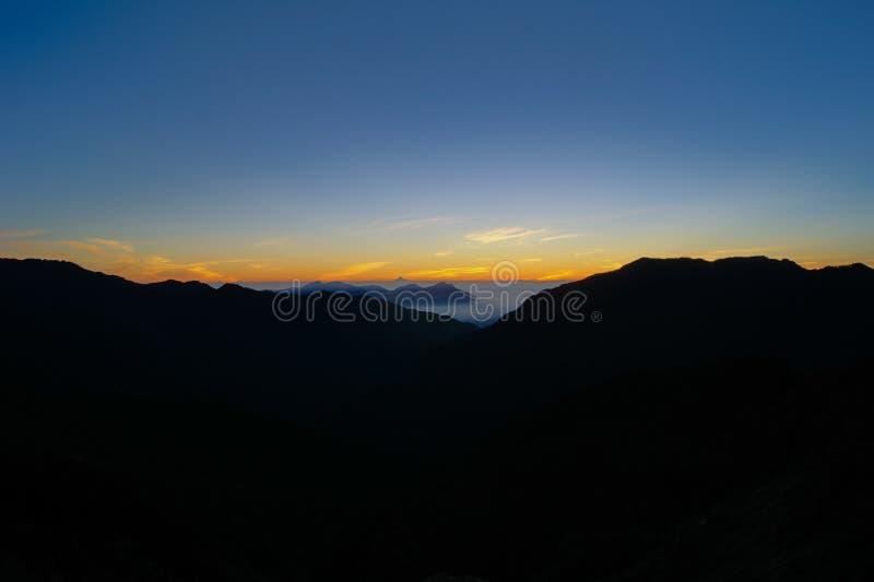 Nubes dramáticas que ruedan sobre las montañas en la montaña de la alegría del shan/de la salida del sol-Hehuan imagenes de archivo