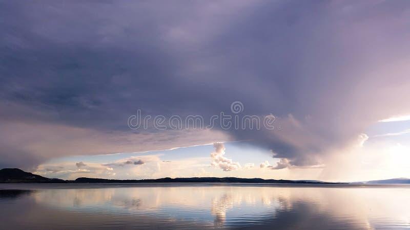 Nubes dramáticas y hermosas sobre el fiordo fotografía de archivo libre de regalías