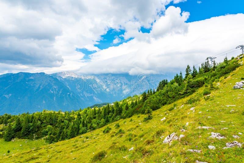 Nubes dramáticas y majestuosas en las montañas de Eslovenia Nubes sobre la montaña grande en tiempo del verano Paisaje de la natu fotos de archivo