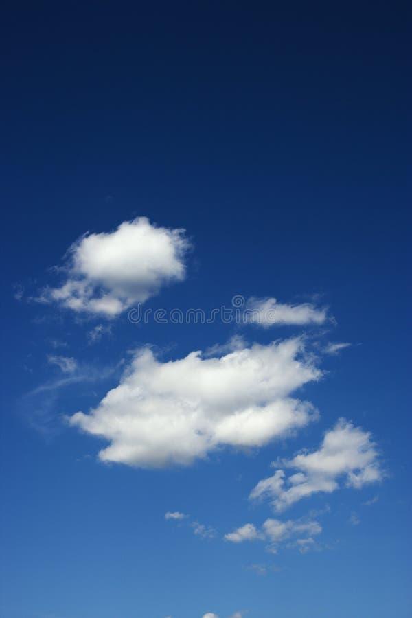 Nubes en cielo azul. fotos de archivo